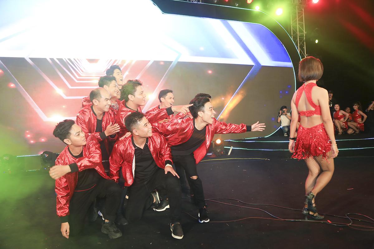 """Mở màn là tiết mục nhảy hiện đại """"Đi đu đưa đi"""" trên nền nhạc bản hit cùng tên của ca sĩ Bích Phương đến từ đơn vị FPT Telecom."""