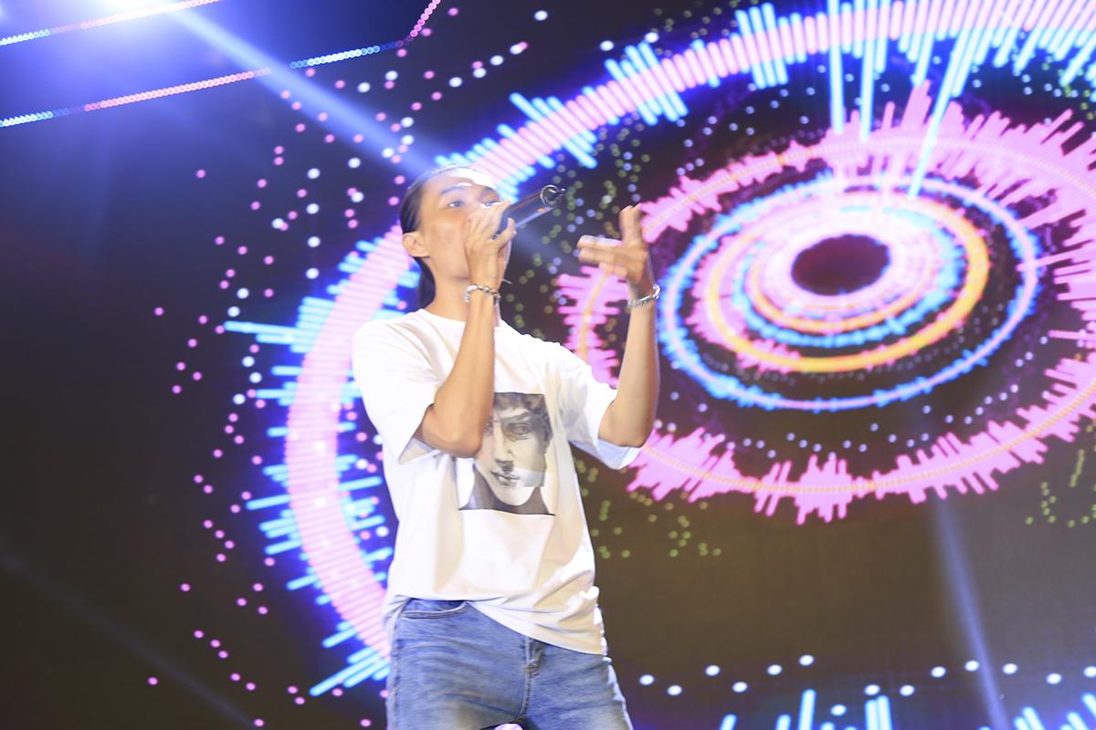 """FPT Education tiếp tục khuyấy động khán giả với ban nhạc sinh viên với ca khúc """"Bay"""" của nhạc sĩ Nguyễn Hải Phong."""