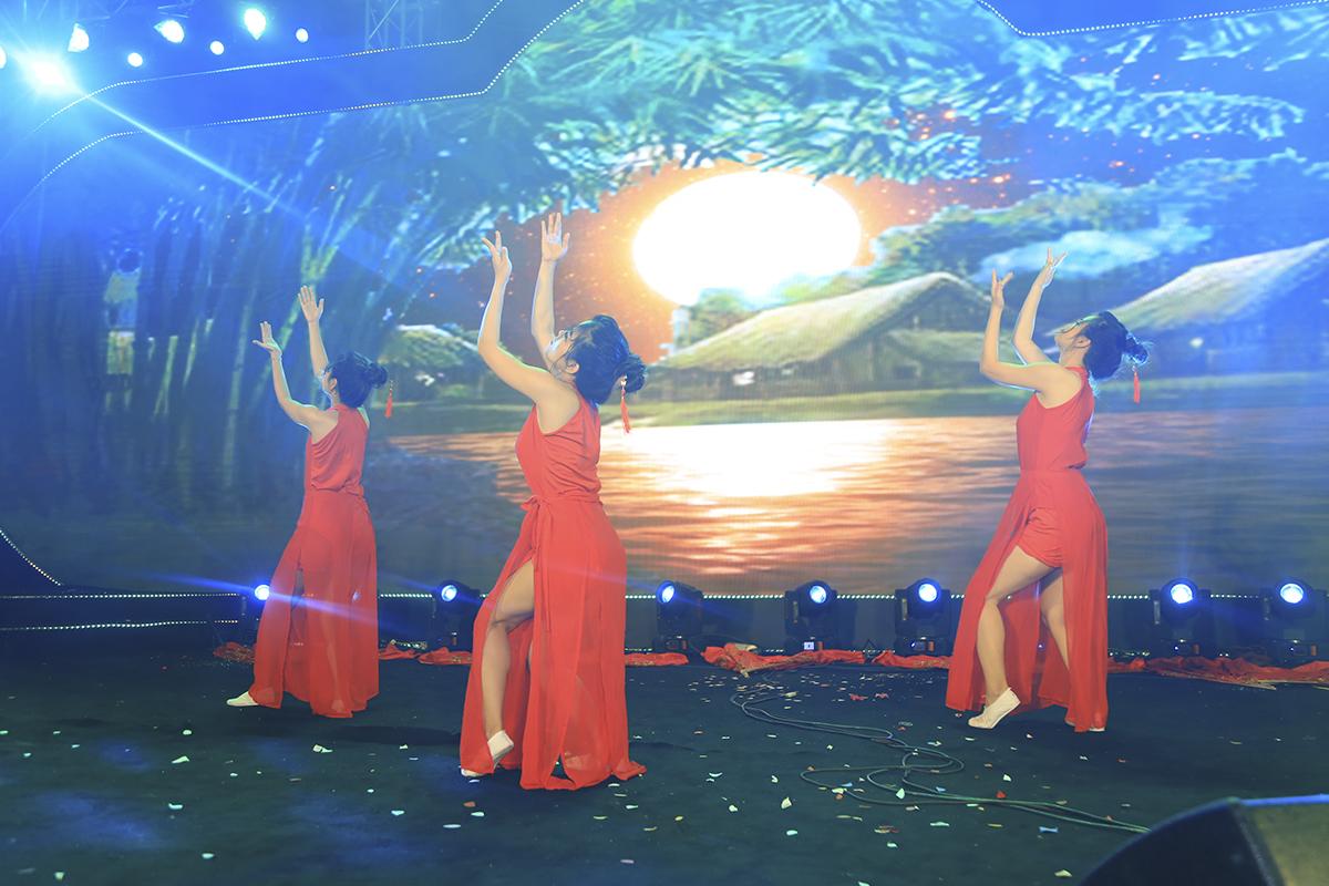 """FPT Software lại mang đến tiết mục múa mang đậm màu sắc Trung Hoa mang tên """"Lạc hoa vô hạn""""."""