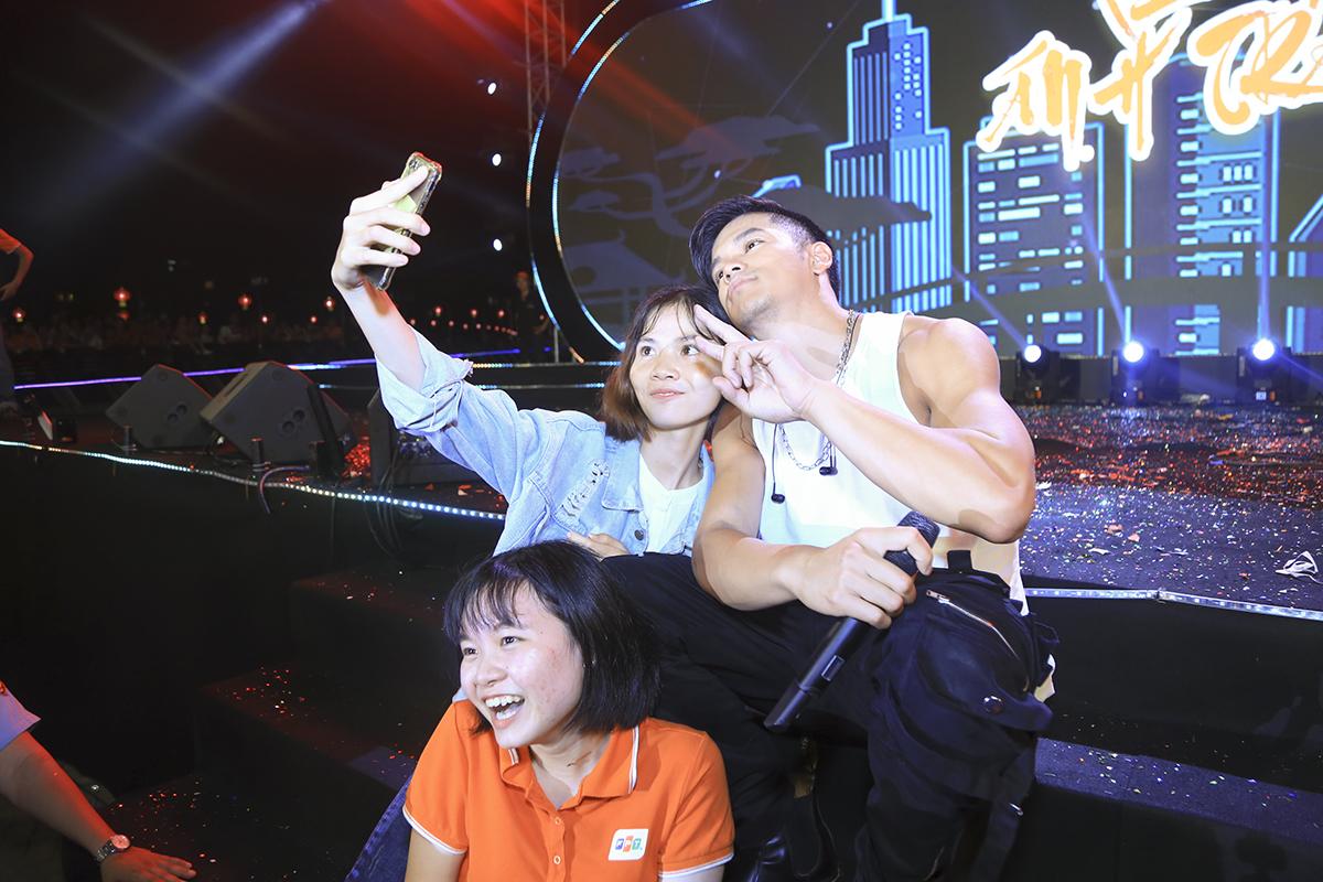 """Hát hay, đẹp trai, nhảy đẹp, Quán quân Vietnam Idol 2015 còn biết cách """"thả thính"""" khán giả bằng những pha selfie chung cùng người nhà F."""