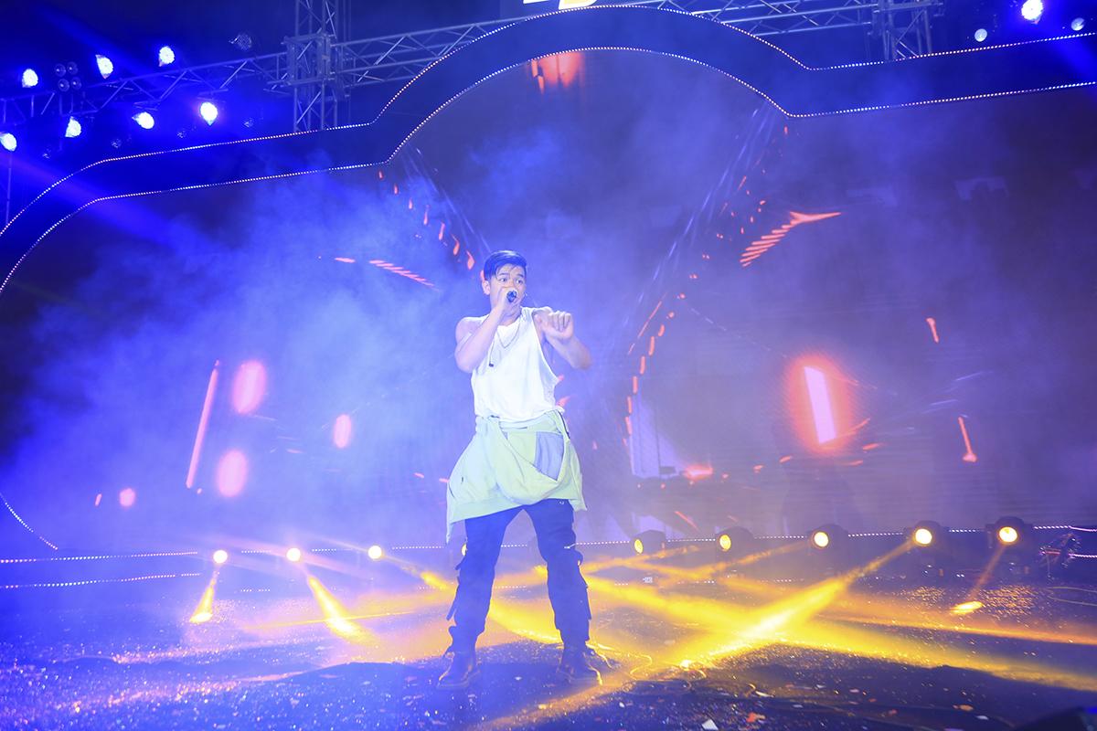 """BTC cũng nhanh chóng hỗ trợ, tạo không khí vui vẻ để nam ca sĩ đỡ """"ngượng"""". Phía dưới, khán giả vẫn reo hò, cổ vũ tinh thần cho giọng ca """"Bước đến bên em""""..."""