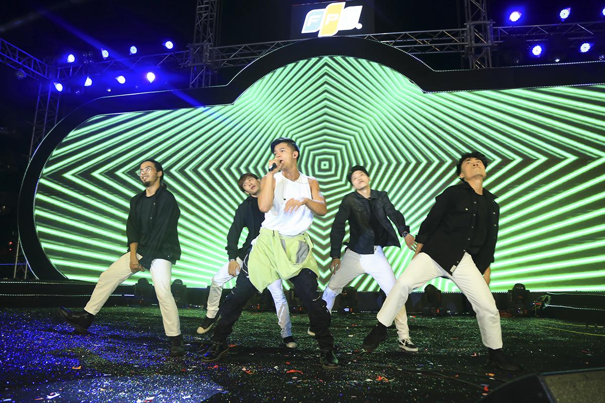 Không để sân khấu giảm nhiệt, Trọng Hiếu tiếp tục mang đến bản hit Say Ah. Vừa hát anh vừa nhảy máu lửa. Tinh thần và sự chuyên nghiệp này của Quán quân Vietnam Idol được hưởng ứng nhiệt tình.