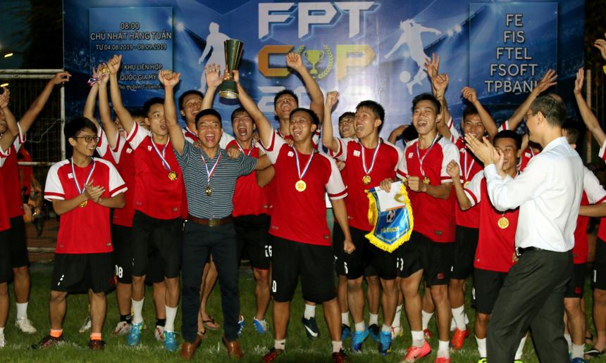 """FPT Software đã lần thứ 3 liên tiếp ghi tên mình vào bảng vàng thành tích với ngôi vị cao nhất của giải bóng đá FPT Cup 2019 (phần thưởng gồm huy chương Vàng, cờ lưu niệm, khắc tên lên cúp vô địch và 7 triệu đồng tiền mặt). Từ năm 2016, Giải bóng đá truyền thống sân 11 người cúp 13/9 đổi tiên thành FPT Cup, nhà Phần mềm liên tục """"ẵm"""" chức vô địch. Năm 2018, FPT Software cũng vô địch giải Tứ hùngdo giải FPT Cup ngừng lại vì những sự cố liên tiếp trong ngày khai mạc."""