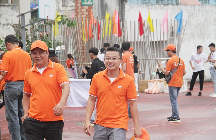 15h20, hàng nghìn người FPT đã có mặt tại sân Chi Lăng để bắt đầu bước vào những màn tranh tài hấp dẫn và thưởng thức đêm nhạc sôi động.