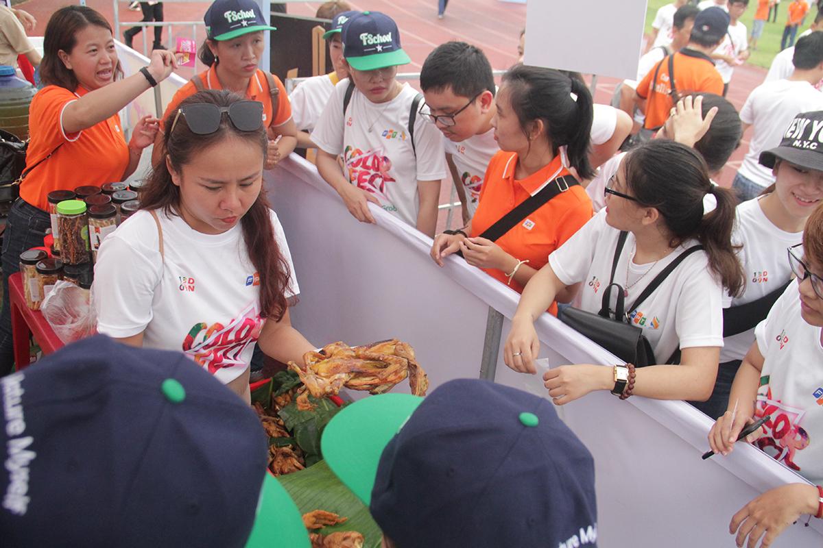 Người FPT còn trải nghiệm gian hàng và thưởng thức những món ăn truyền thống do chính các đơn vị chế biến. Các gian hàng còn phục vụ cho lễ hội bia của nhà F.