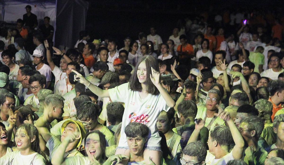 """Càng về khuya, hàng nghìn người càng trở nên """"máu lửa"""" khi được hòa mình vào những giai điệu sôi động của ca sĩ khách mời Trọng Hiếu Idol. DJ My My, DJ Hạnh Noir và nhóm nhạc True Blood... Tại Hà Nội, sự kiện diễn ra cả ngày 13/9, với 5.000 người tham dự. Bên cạnh màn đồng diễn hoành tráng như mọi năm, 13/9 lần có thêm đường chạy sắc màu Color me run và lễ hội âm nhạc sôi động với DJ. Trong khi đó, Hội diễn vào buổi tối sẽ là thời gian lắng đọng, nghiêm túc nhìn vào thực trạng của FPT. Hội thao 13/9 diễn ra buổi sáng tại Ecopark được mở màn bằng tiết mục đồng diễn từ 7 đơn vị thành viên. Mỗi công ty tượng trưng màu sắc riêng biệt. Tiết mục biểu diễn có thể chọn thể loại đa dạng như cheerleader, aerobic... trong thời gian 3 phút. Ở phía Nam, Lễ hội Ánh trăng mừng sinh nhật FPT bắt đầu từ 16h30 ngày 11/9 tại Công viên Hồ Bán nguyệt - Cầu Ánh Sao, đường Tôn Dật Tiên, Phú Mỹ Hưng, quận 7, TP HCM. Chương trình lần đầu được tổ chức quy tụ hàng nghìn người nhà F với loạt sự kiện: cuộc thi những chiếc đèn lồng """"Siêu khổng lồ"""" đến từ các đơn vị FPT HCM cùng đọ sức xem đèn lồng đơn vị nào sẽ rực rỡ nhất; gian hàng trò chơi hấp dẫn; lễ hội ẩm thực với đồ ăn miễn phí và bia."""