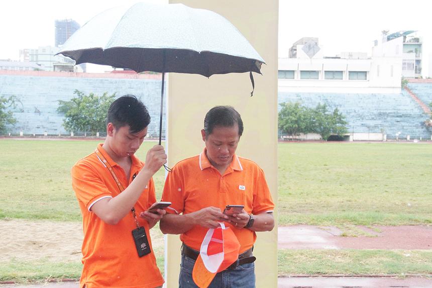 Trưởng Ban tổ chức lễ hội 13/9 miền Trung - anh Nguyễn Minh Đức có mặt tại sân vận động Chi Lăng từ rất sớm để nắm tình hình và trao đổi về công tác chuẩn bị. Theo anh, trời mưa nhưng có dấu hiệu tạnh nên chương trình vẫn giữ đúng theo kế hoạch đề ra.