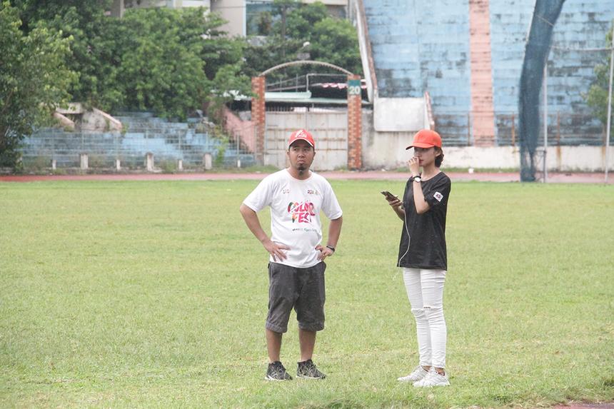 Đại diện Ban Văn hóa - Đoàn thể FPT tỏ ra lo lắng về thời tiết. Tuy nhiên, đến 14h50, mưa bắt đầu nhỏ và trời hửng nắng nhẹ.