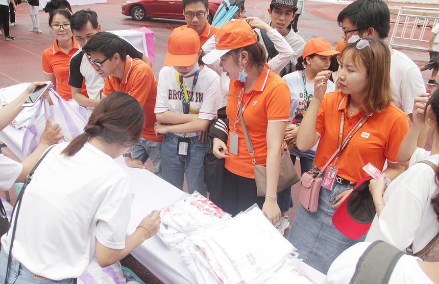 Người FPT bắt đầu đổ về sân vận động Chi Lăng. Ngay từ cổng, đội ngũ cộng tác viên hỗ trợ khâu phát áo cũng như tích cực hướng dẫn người tham...
