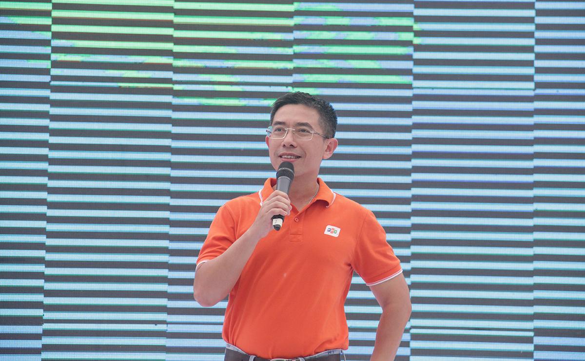 Thay mặt lãnh đạo Tập đoàn, Phó TGĐ FPT Hoàng Việt Anh gửi lời chúc đến thể người FPT và gia đình sức khỏe và thành công. Anh cũng không quên chúc chương trình Color Fest thật vui và đáng nhớ.