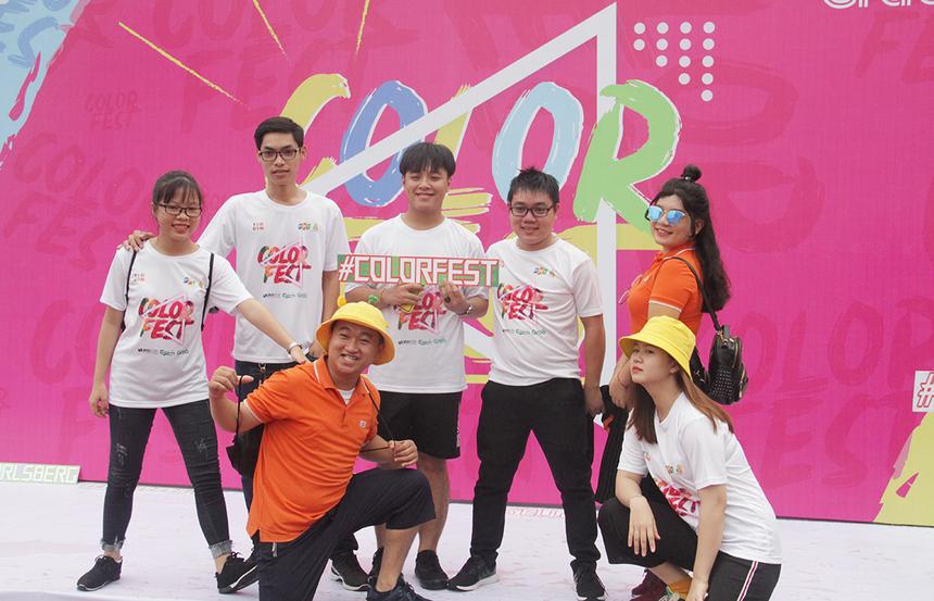 Nhóm sinh viên, cán bộ và giảng viên BTEC FPT cơ sở Đà Nẵng đến sớm và chụp hình lưu niệm.