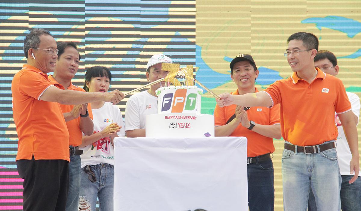 Phó TGĐ FPT Hoàng Việt Anh cùng lãnh đạo FPT Edu, FPT Software, Synnex FPT, FPT Telecom... thực hiện nghi thức thổi nến và cắt bánh sinh nhật mừng Tập đoàn tuổi 31.