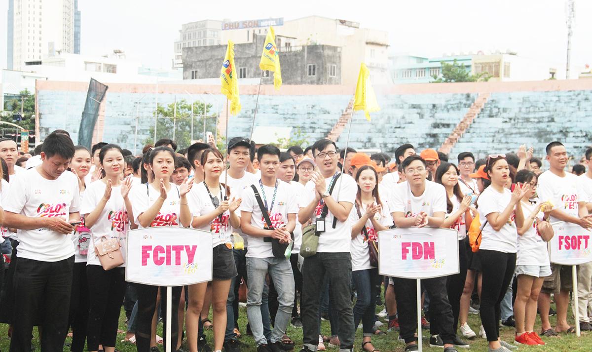 Phía bên dưới, hàng nghìn người FPT dành những tràn vỗ tay lớn để hòa chung không khí sinh nhật Tập đoàn. Anh Lê Văn Duẫn, Hiệu trưởng FPT School cơ sở Đà Nẵng, tự hào khi là thành viên của nhà F. Trải qua chặng đường dài làm việc và cống hiến, anh cảm nhận được sức trẻ, máu lửa và tăng trưởng của FPT trong nhiều lĩnh vực.