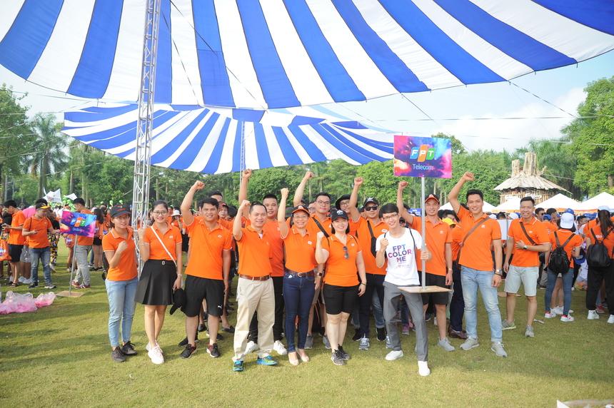 Sáng sớm nay, không gian xanh của Ecopark nhuộm cam khi hơn 4.500 người nhà F đổ về khu đô thị này, tham gia Hội thao mừng sinh nhật tập đoàn 31 tuổi. Trong ảnh là các lãnh đạo FPT Telecom trước giờ tập trung.