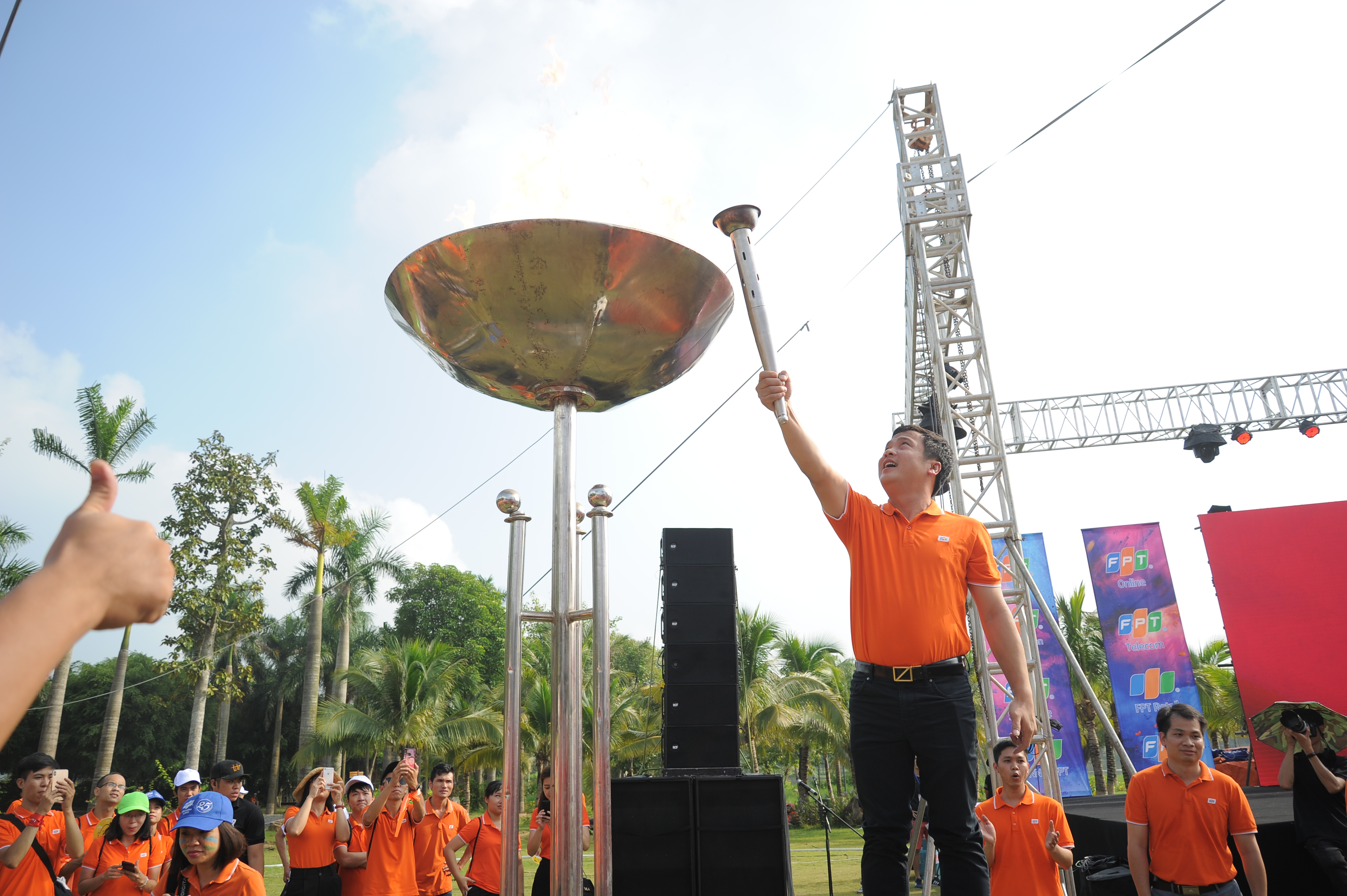 Ba vận động viên cùng mang ngọn đuốc trao cho TGĐ FPT Nguyễn Văn Khoa, thắp lên tinh thần của người F.