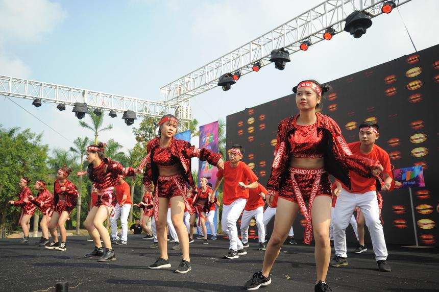 Phần biểu diễn của nhà Bán lẻ.Các nhân viên FPT trong trang phục đỏ rực nhảy múa trên nền nhạc Bắc kim thang remix. Màu đỏ là màu truyền thống của người FPT Retail.