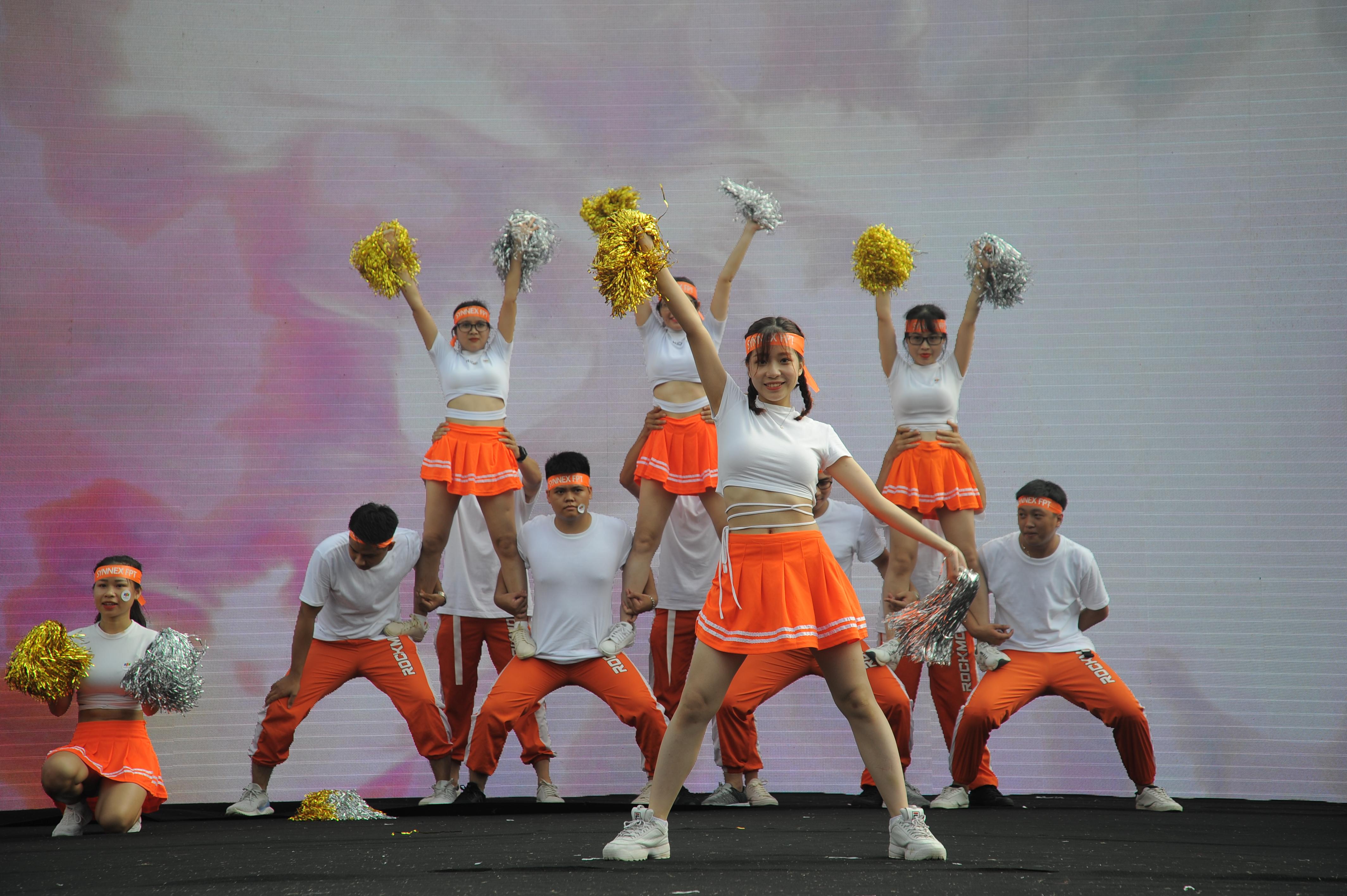 Nhà Phân phối với trang phục trắng cam toát lên sự trẻ trung, nhiều năng lượng. Ca khúc biểu diễn của đơn vị từng là ca khúc chủ đề của World Cup 2014. Các động tác được thực hiện đồng đều, nhịp nhàng.