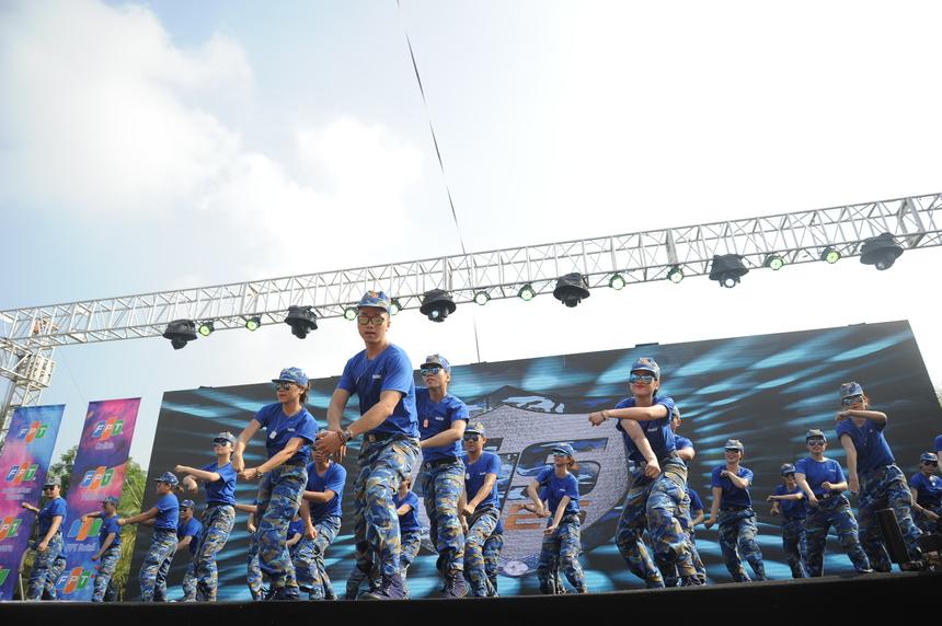 Ngay sau đó, những bước chân dứt khoát, mạnh mẽ của người FPT IS lên sân khấu. Nhà Hệ thống mở đầu bài diễn với hình tượng vị thuyền trưởng độc hành giữa đại dương. Đại diện cho màu xanh lam, 30 vũ công từ FPT IS mang đến không khí sôi động trên nền nhạc remix.