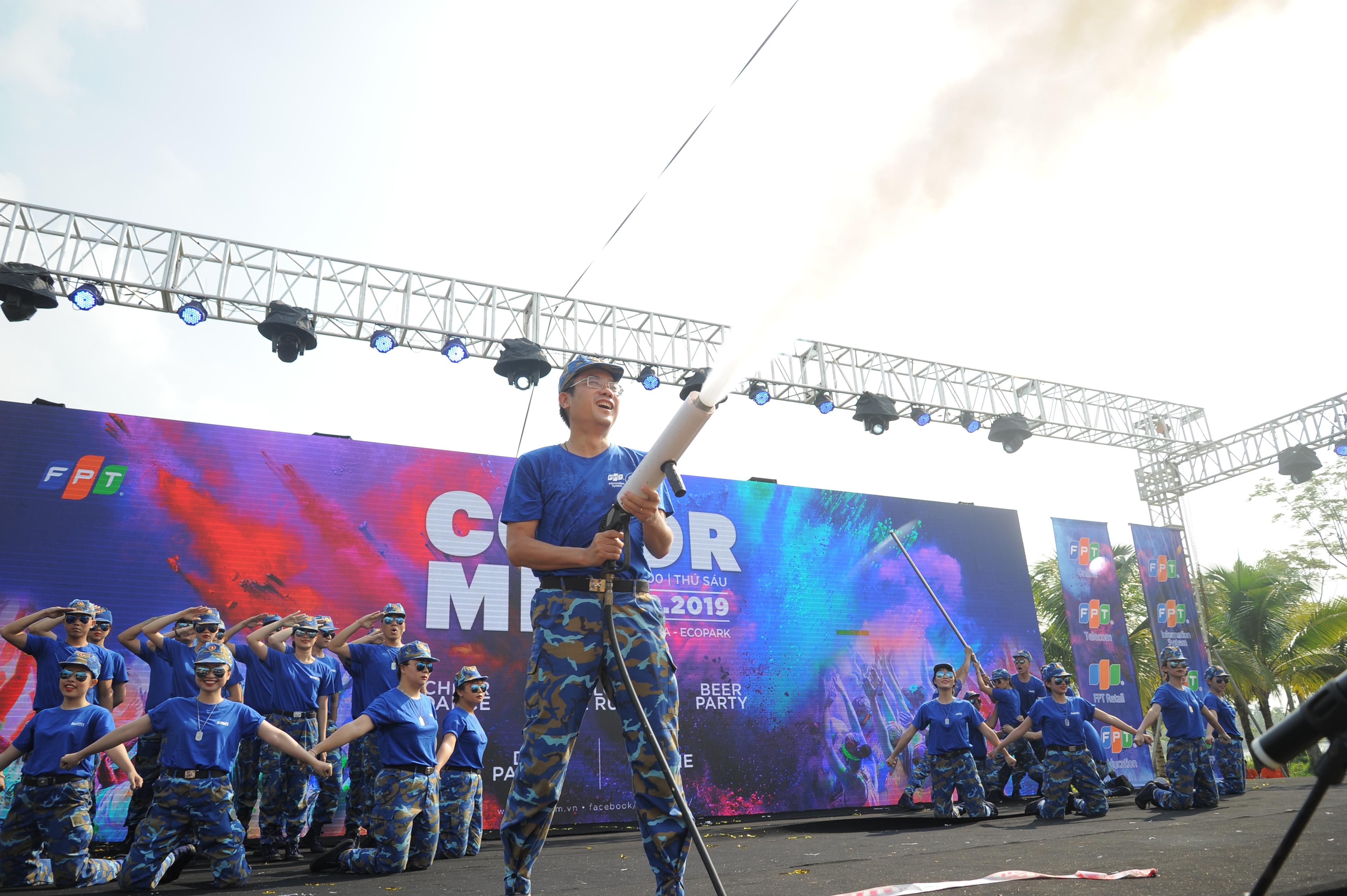 Sau những động tác nhảy Chủ tịch FPT IS Dương Dũng Triều và PTGĐ FPT IS Bank Đào Hồng Giang phun khói xuống sân khấu trong tiếng hò reo của mọi người.