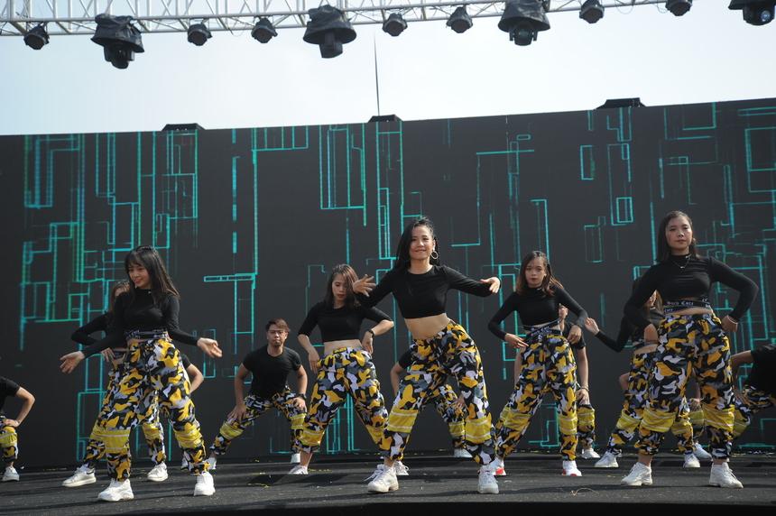 Trong trang phục màu vàng, FPT Software thể hiện màn nhảy uyển chuyển. Thời tiết ngày càng nắng nhưng các nghệ sĩ nhà F vẫn hăng say biểu diễn.