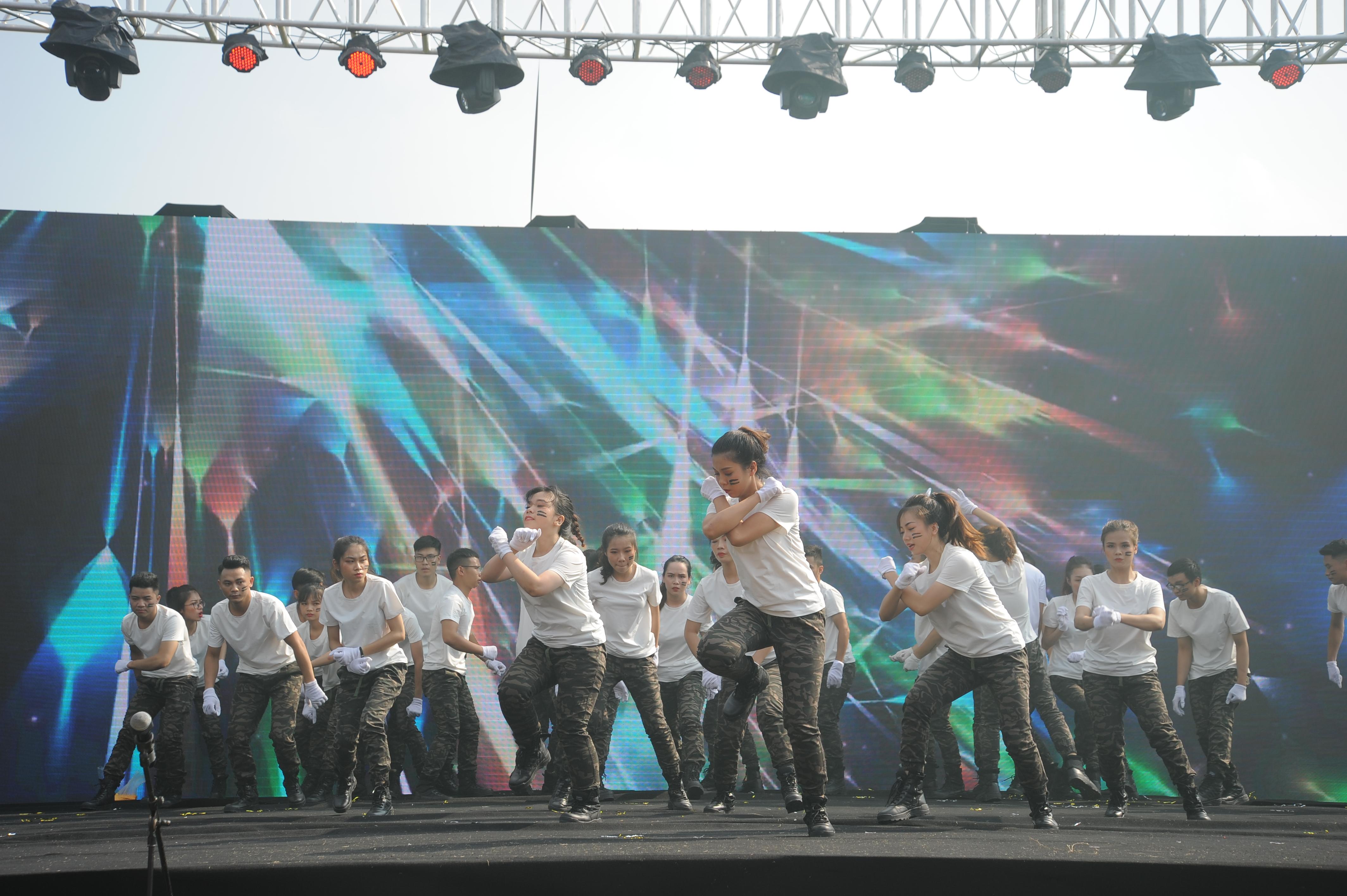 Nhà Viễn thông trang phục trắng, quần đen đeo găng tay trắng bắt đầu phần trình diễn bằng những động tác dứt khoát, mạnh mẽ.