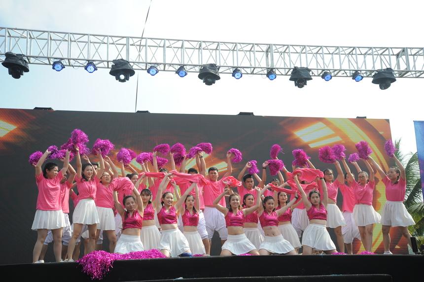 Đội H2O - FPT HO và FPT Online - trong trang phục hồng ngọt ngào. 30 vũ công của liên quân thể hiện tròn vai khi hóa thân thành những cô gái, chàng trai trẻ trung, năng động, tinh nghịch, trên nền nhạc sôi động. Năm nay, liên quân biểu diễn xuất thần để giành về giải Nhì cho đội.