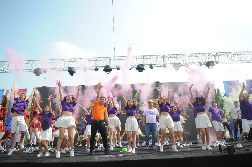 Nhà Giáo dục thành công trong việc đưa Chủ tịch Trương Gia Bình và TGĐ Nguyễn Văn Khoa lên sân khấu biểu diễn cùng.