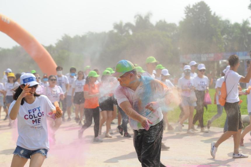 Chủ tịch FPT Software Hoàng Nam Tiến hăng hái ném màu.