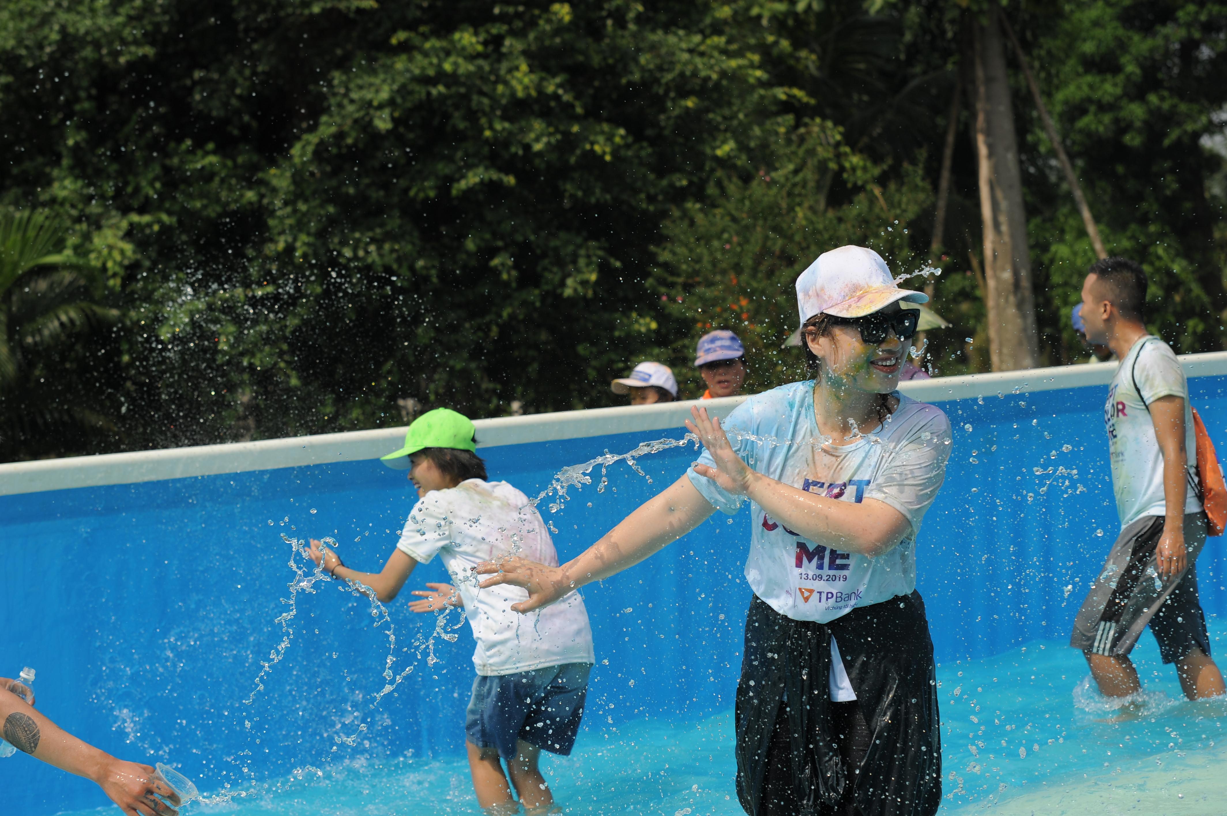 Thử thách qua bể nước khổng lồ khiến nhiều người thích thú dù bị ướt nhẹp.