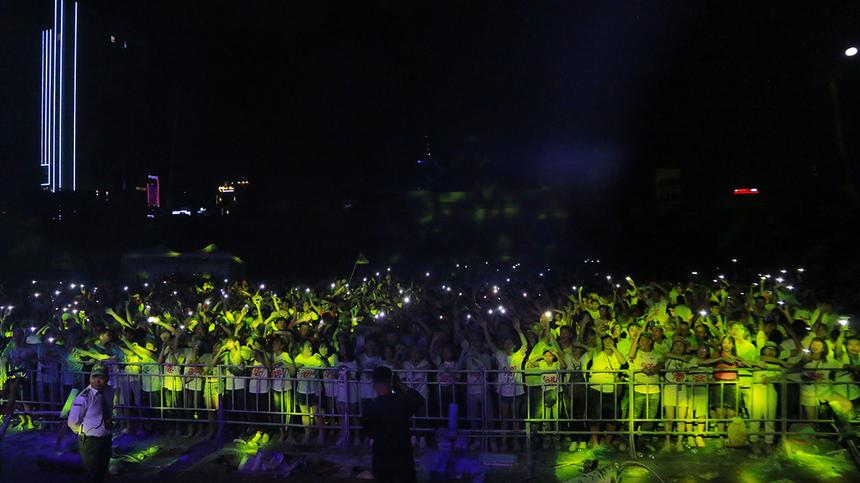 Phía dưới là tiếng reo hò của hàng nghìn khán giả nhà F. Những hiệu ứng ánh sáng, laser… dẫn dắt người nghe đến những cung bậc cảm xúc khác nhau.