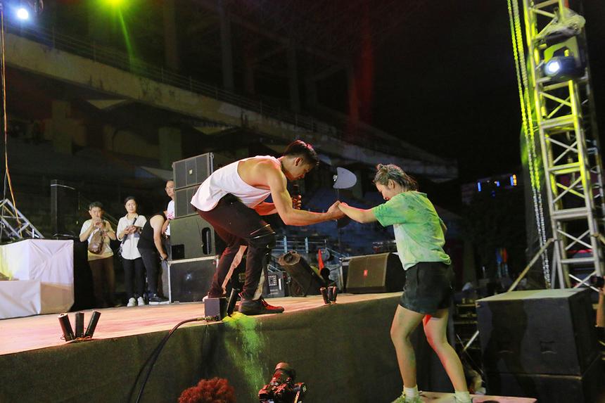 Nam ca sĩ sinh năm 1992 còn ghi điểm bằng hành động đẹp khi mời một nữ sinh viên nhà F lên sân khấu giao lưu.