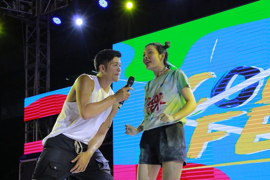 Buổi giao lưu ngắn gọn nhưng trở thành tâm điểm của đêm nhạc. Quán quân Vietnam Idol 2015 tận tình trò chuyện cũng như hỏi thăm một số thông tin về niềm đam mê và mong muốn gì khi được lên sân khấu...