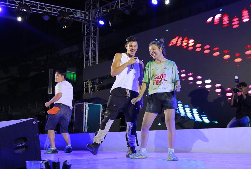 Ngay sau đó, nam ca sĩ và cô gái hát kết hợp với nhảy chung một bài. Sự ăn ý là điều ai cũng nhìn thấy giữa hai người.