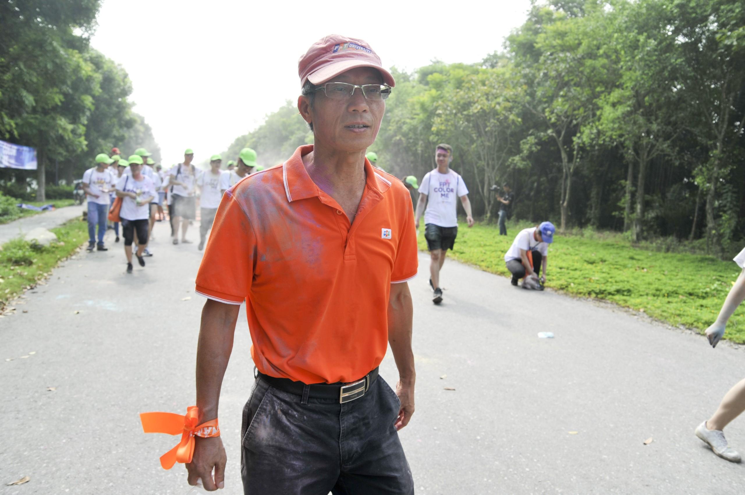 Trong sắc áo cam, Hiệu trưởng Đại học FPT Nguyễn Khắc Thành không khó biến mình thành mục tiêu nổi bật.
