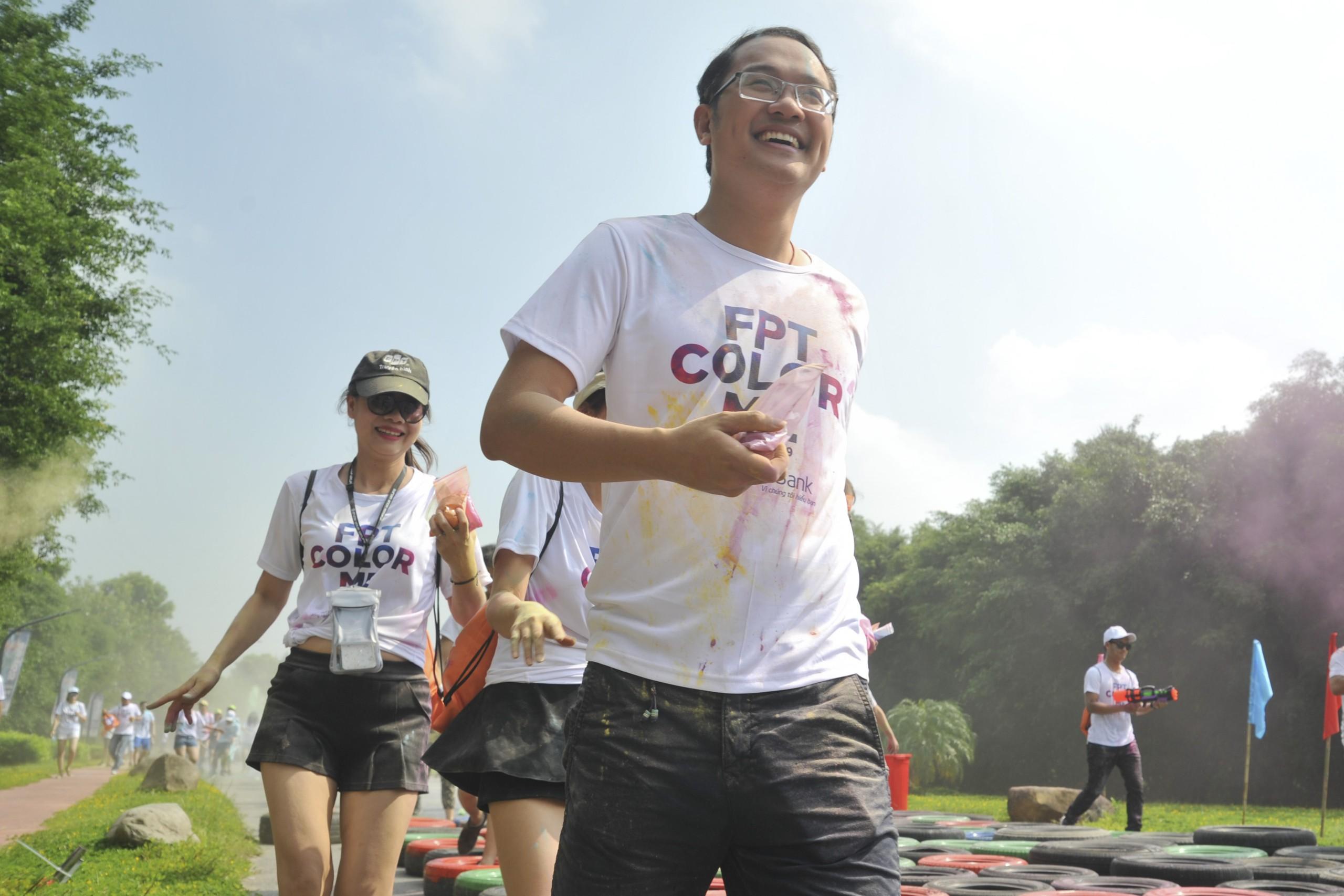 Giám đốc Nhân sự FPT Chu Quang Huy tươi cười vượt thử thách bằng cách né mình sang bên, nơi ngoài tầm với của chướng ngại vật.