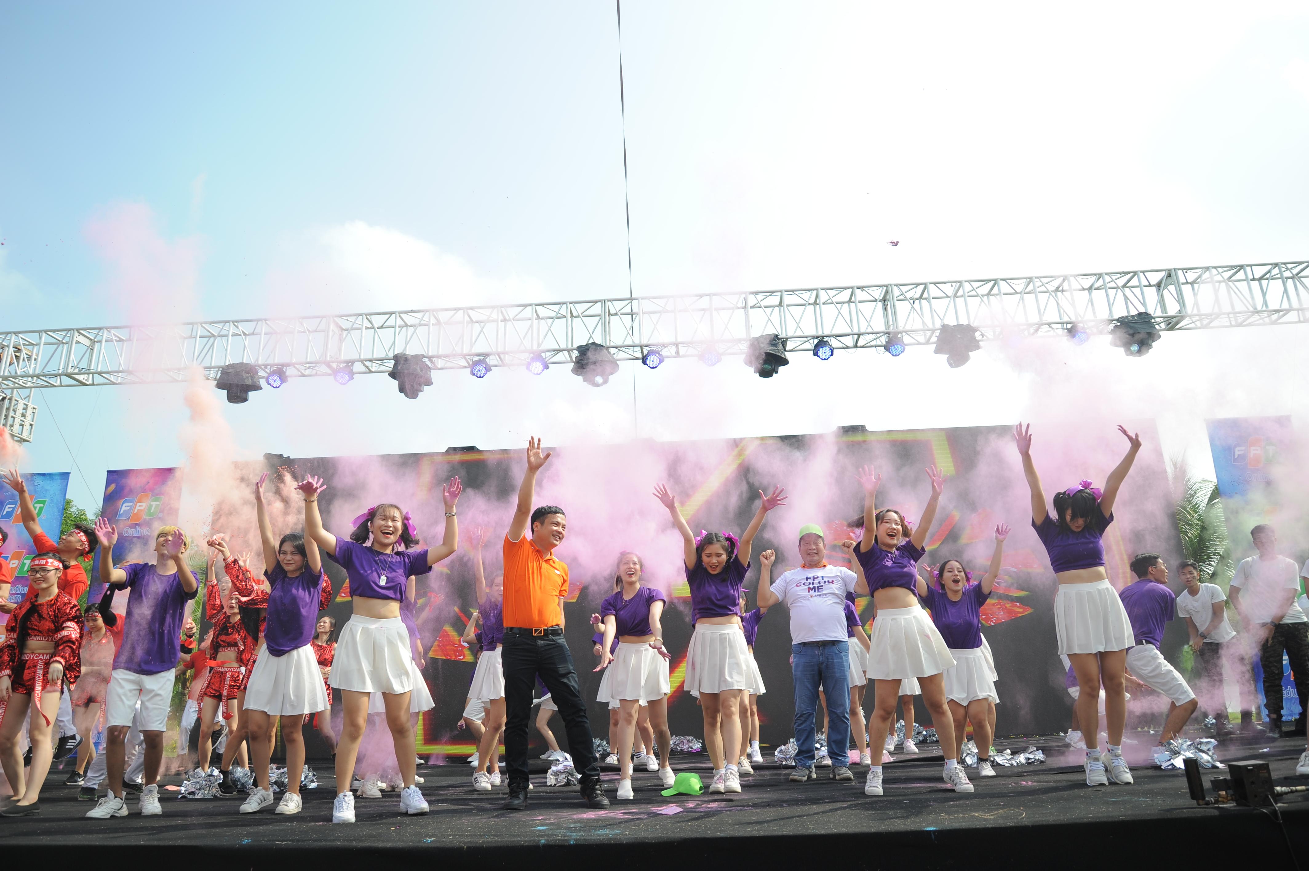 Đội quân trẻ trung, đầy sức sống của nhà Giáo dục đã thành công khi đưa Chủ tịch và TGĐ FPT lên sân khấu cùng hòa mình trong màn biểu diễn tập thể.Ảnh:Ngọc Thắng.