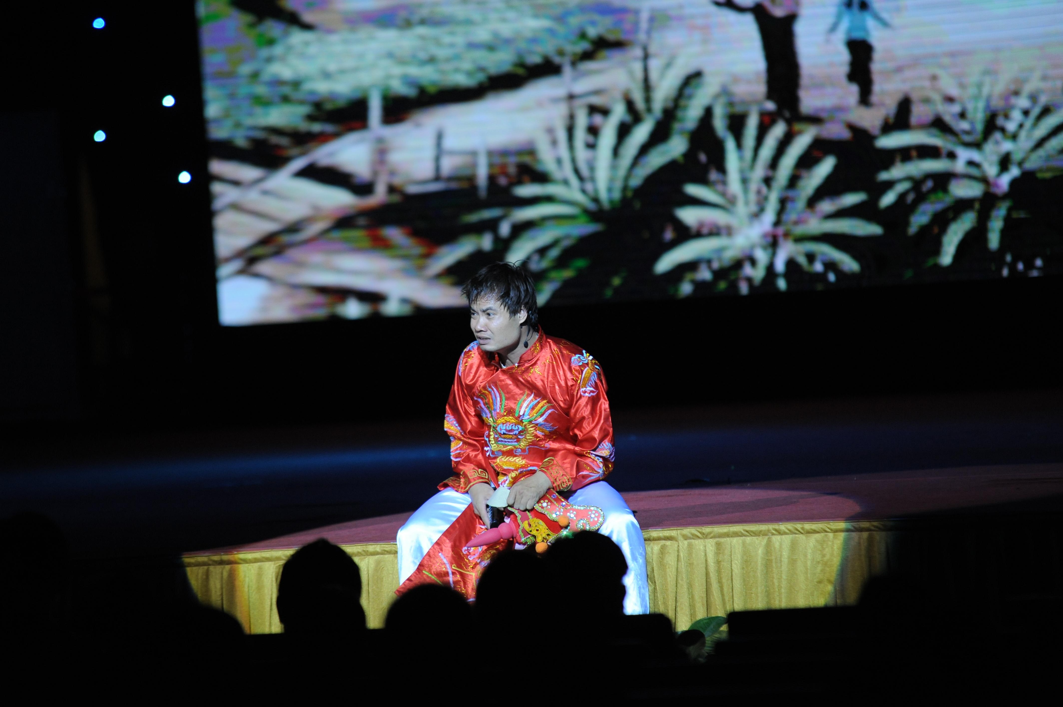 """Nhận nhiệm vụ mở đầu Hội diễn, nhà Giáo dục mang đến sân khấu tiết mục thuộc thể loại nhạc thơ võ kịch có tiêu đề """"Để Mị nói cho mà nghe truyện Thánh Gióng""""."""