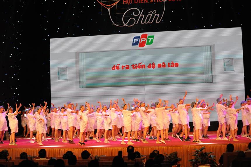 """FPT Telecom chắc chắn là đơn vị giành """"quán quân"""" ở số lượng diễn viên tham dự. Theo chia sẻ từ đội ngũ nhà """"Cáo"""", có hơn 100 diễn viên được huy động cho vở kịch """"Dại""""."""