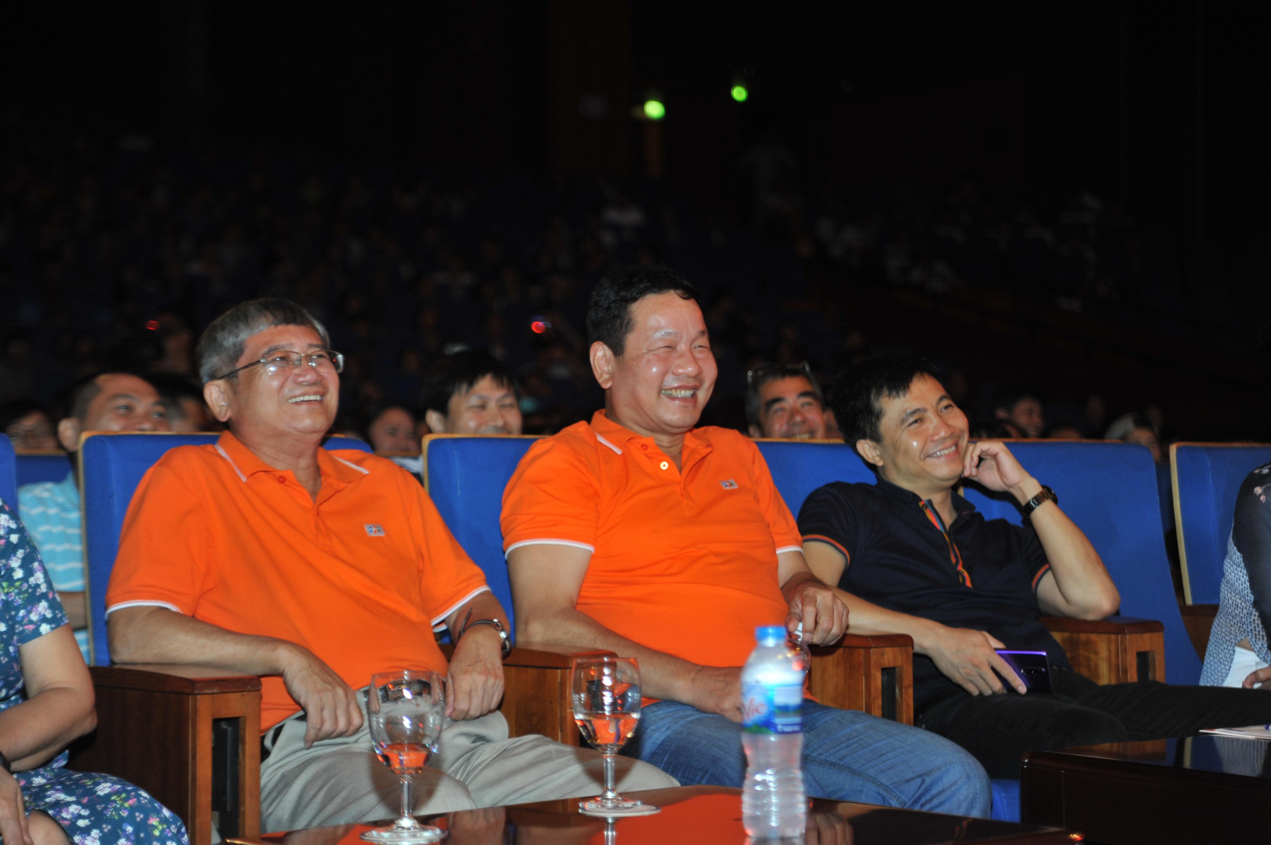 Chủ tịch Trương Gia Bình, Phó Chủ tịch Bùi Quang Ngọc và đạo diễn Đỗ Thanh Hải cười liên tục trong vở diễn của FPT Retail và Synnex FPT.