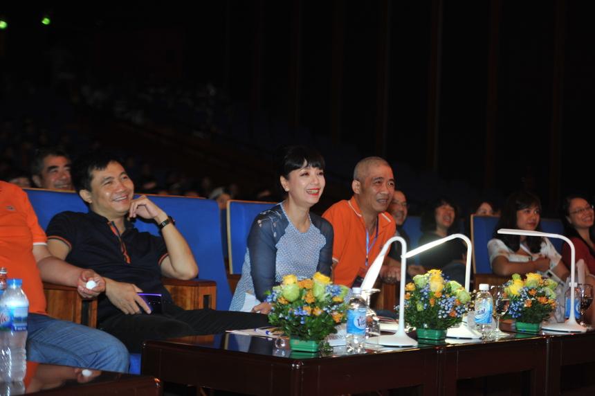 Ban giám khảo cũng không thể ngồi yên trên ghế nóng.