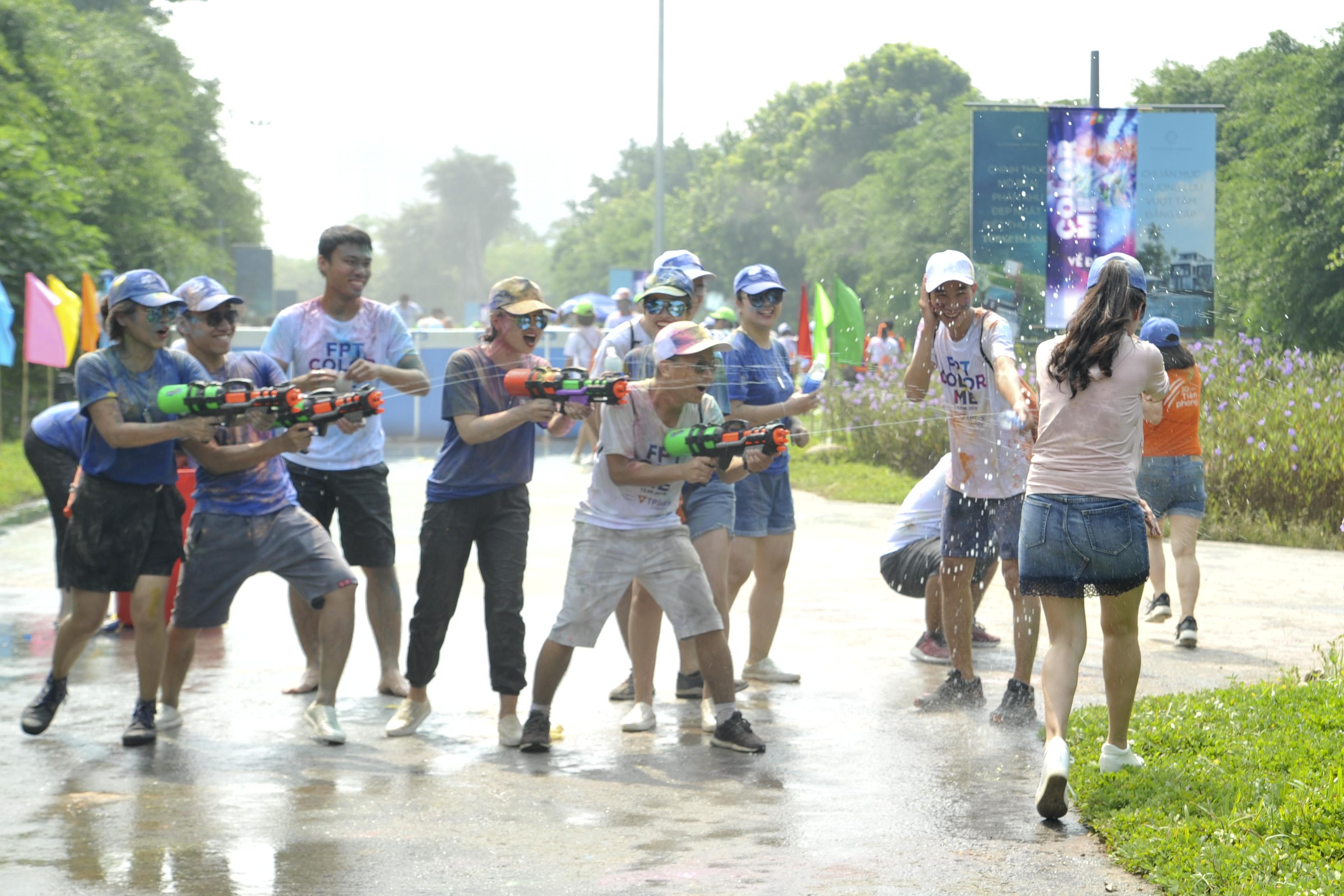 Trước khi chạm vạch đích, ai cũng phải chịu sự công kích của một đội quân súng nước.