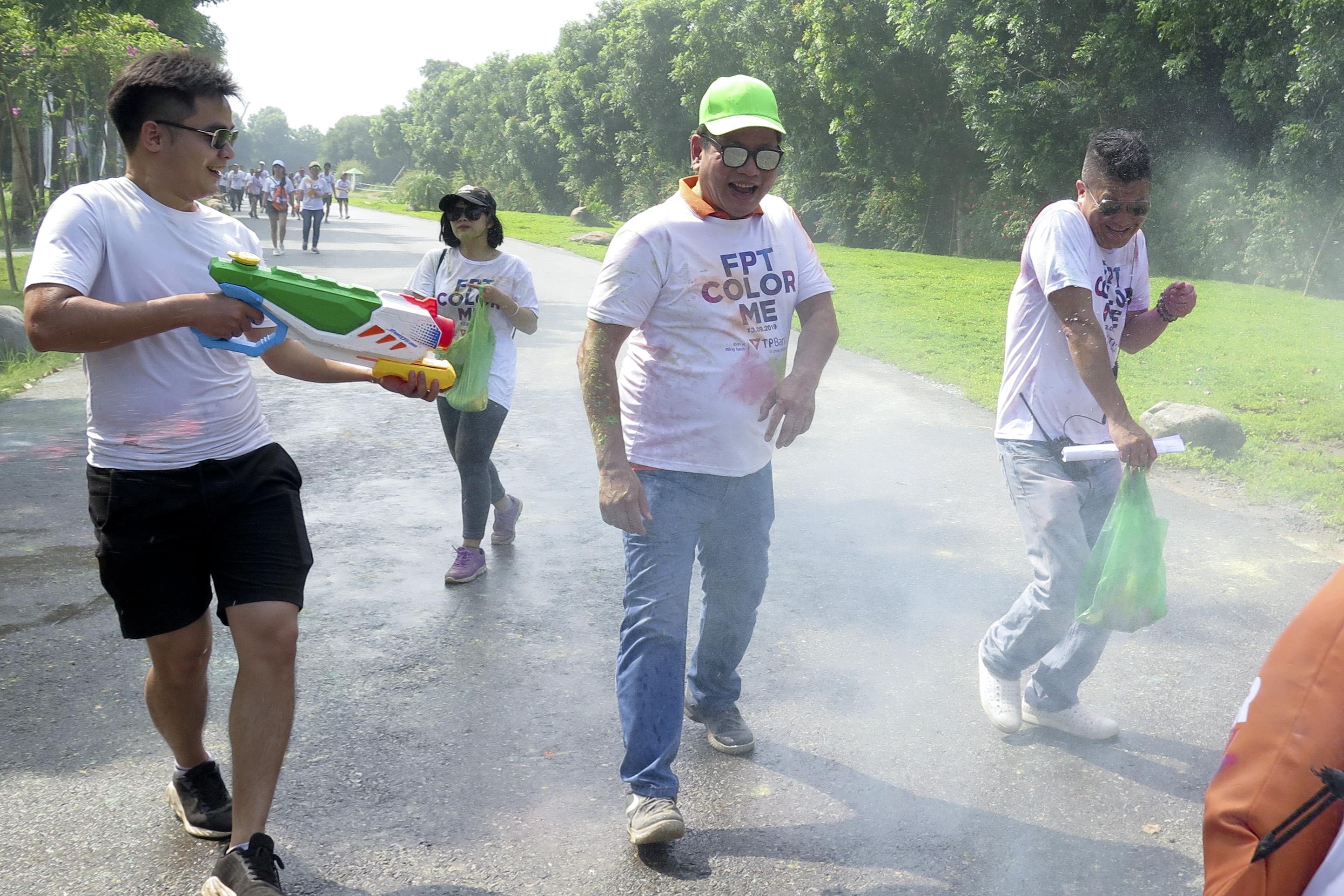 Chủ tịch Trương Gia Bình hứng trọn súng nước, bột màu. Anh Bình và TGĐ Nguyễn Văn Khoa là hai mục tiêu lớn nhất của các nhân viên nhà F. Ảnh:Huyền Trang.