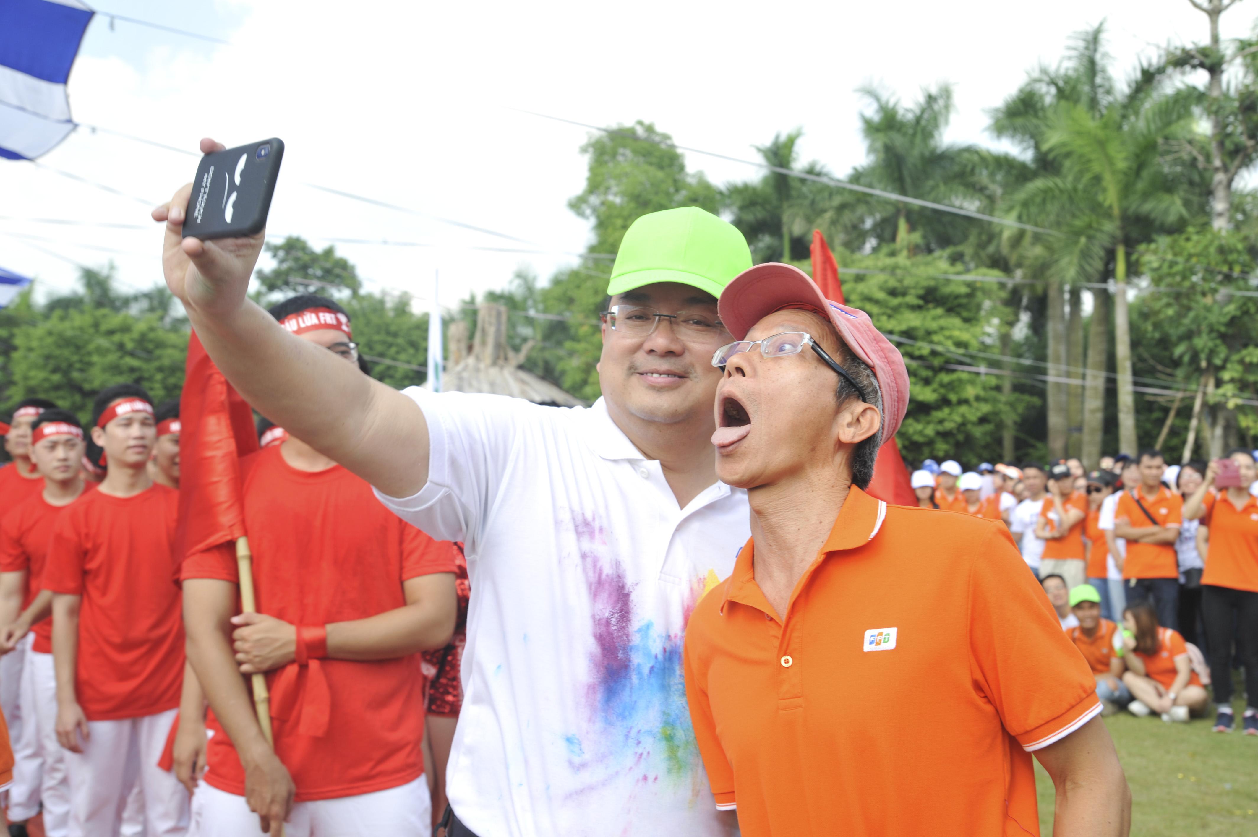 Chủ tịch FPT Software Hoàng Nam Tiến và Hiệu trưởng ĐH FPT Nguyễn Khắc Thành tranh thủ tạo dáng selfie trước khi bắt đầu chương trình.