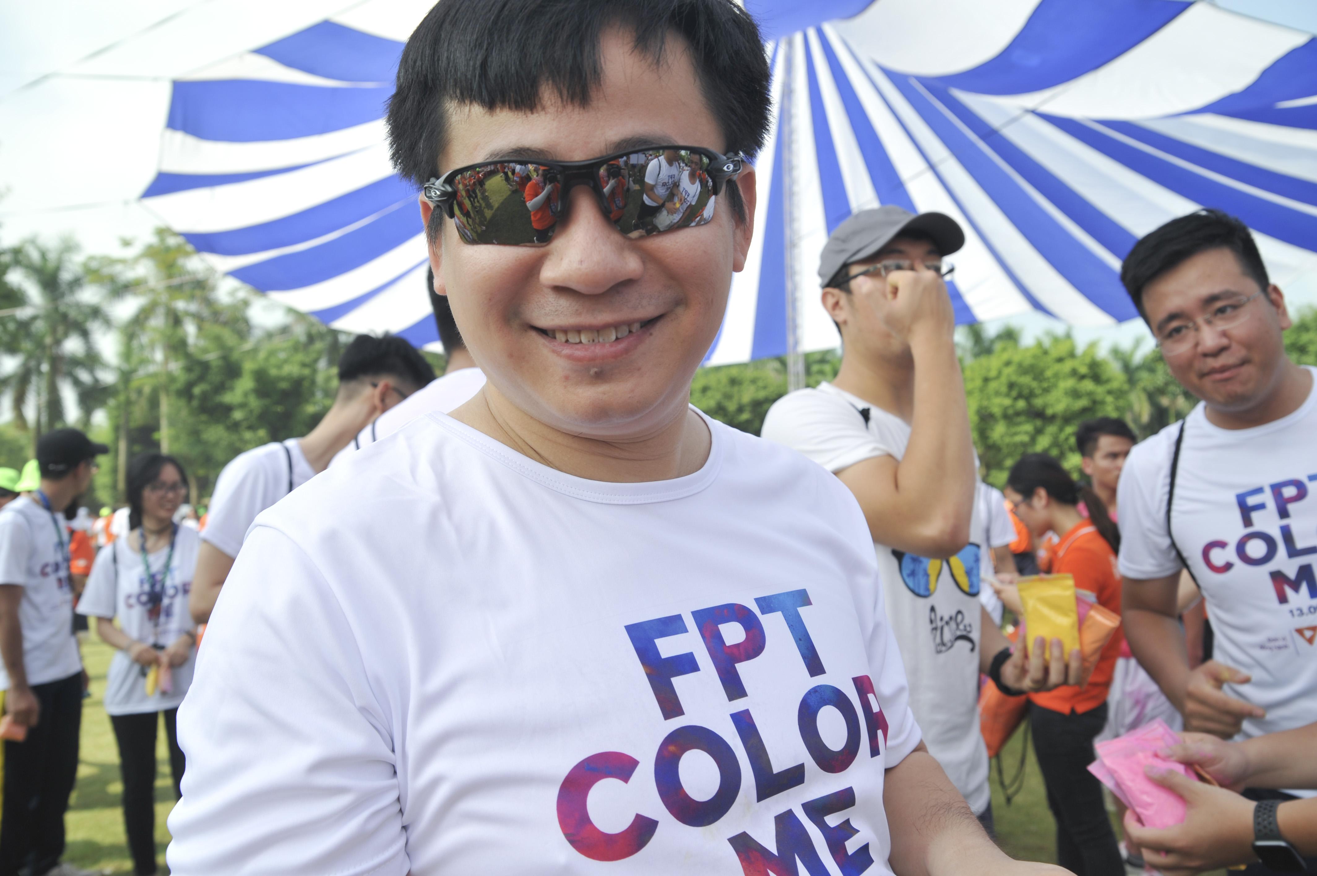 """Giám đốc Công nghệ FPT Lê Hồng Việt cầm trên tay rất nhiều túi bột màu, sẵn sàng """"chiến"""" hết mình với các đồng nghiệp trên đường chạy."""