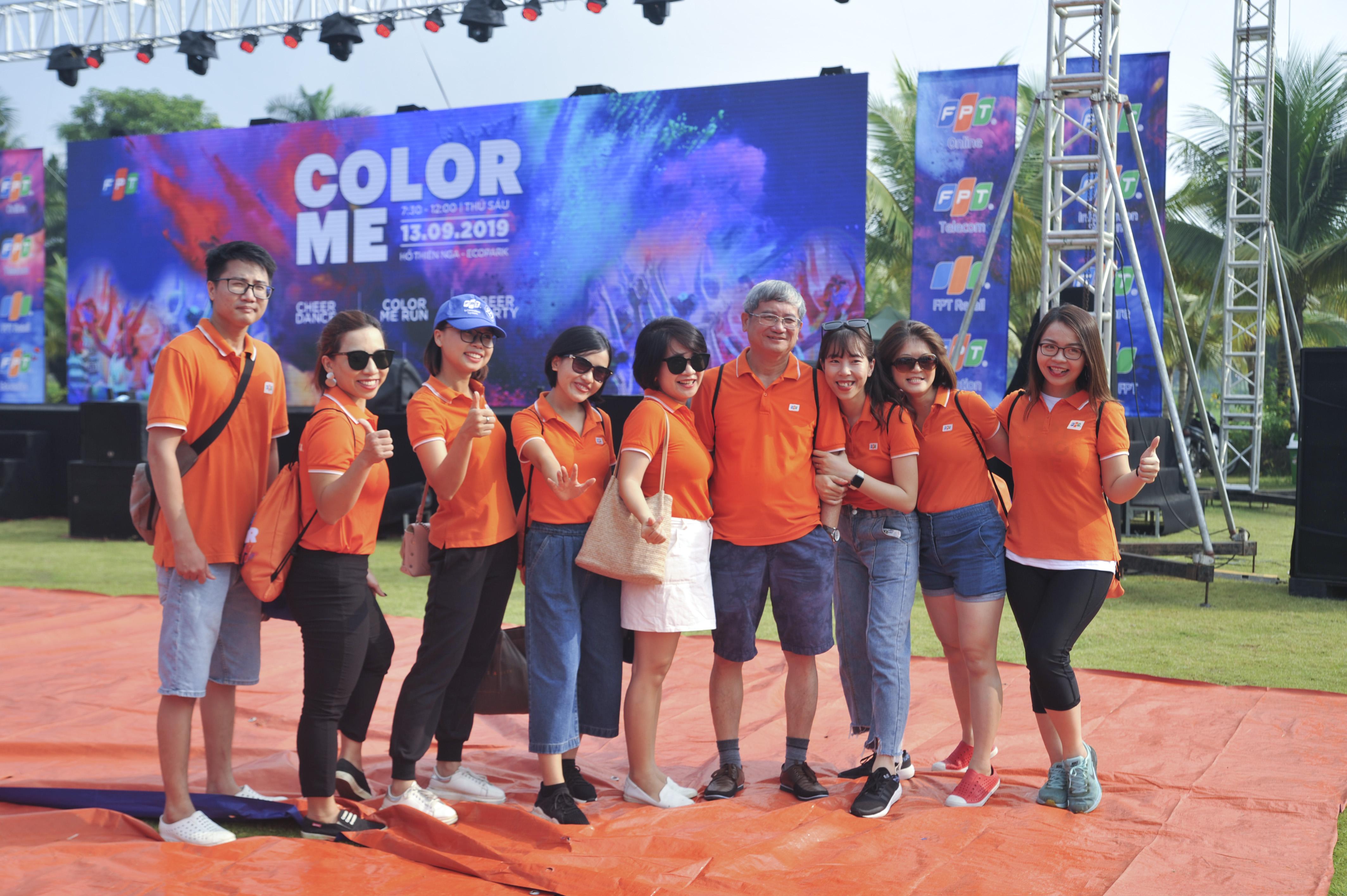 Phó Chủ tịch HĐQT FPT Bùi Quang Ngọc ăn vận thoải mái và hào hứng chụp ảnh cùng các nhân viên nhà Hệ thống.