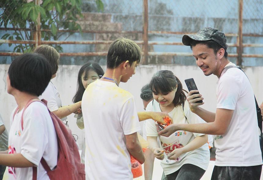 Theo luật, người FPT lần lượt vượt qua 4 trạm để sở hữu đủ 4 dây màu từ Ban tổ chức. 100 người đầu tiên về đích với đủ 4 dây màu được tham gia bốc thăm trúng thưởng để nhận chiếc đồng hồ Garmin do Chủ tịch FPT Trương Gia Bình tài trợ.