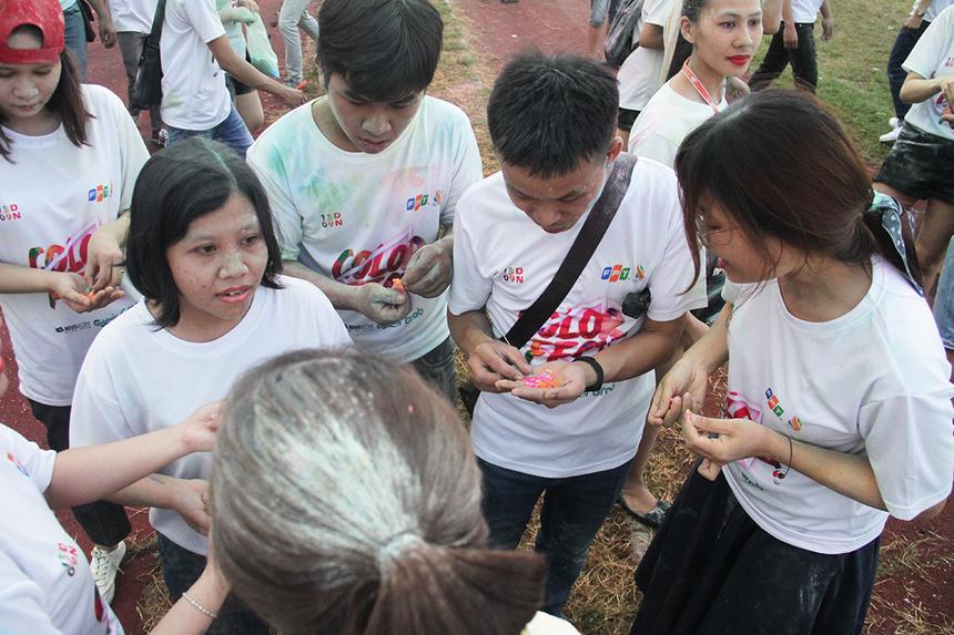 Một nhóm VĐV trao đổi dây màu để đúng theo yêu cầu Ban tổ chức.