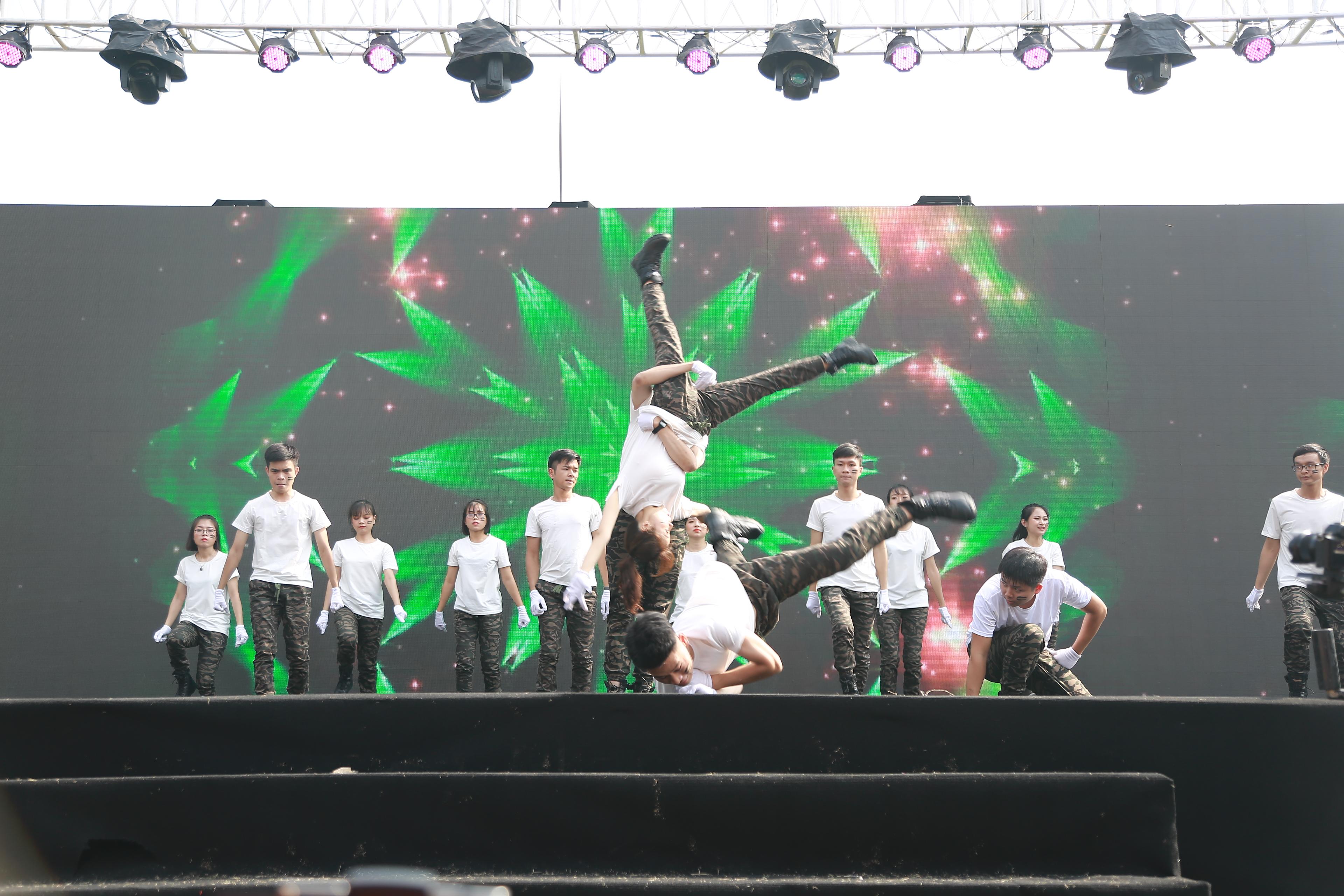 FPT Telecom mang lên sân khấu những pha lộn nhào đã mắt trong phần đồng diễn. Ảnh: Ngọc Thắng.