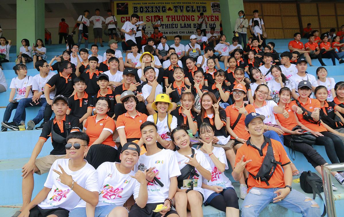 Chiều ngày 13/9, 2.500 người FPT miền Trung đã đổ về sân vận động Chi Lăng, TP Đà Nẵng để tham gia lễ hội mừng sinh nhật Tập đoàn tuổi 31. Có mặt từ rất sớm, cán bộ, sinh viên và giảng viên BTEC FPT tranh thủ chụp hình lưu niệm phía trên khán đài.