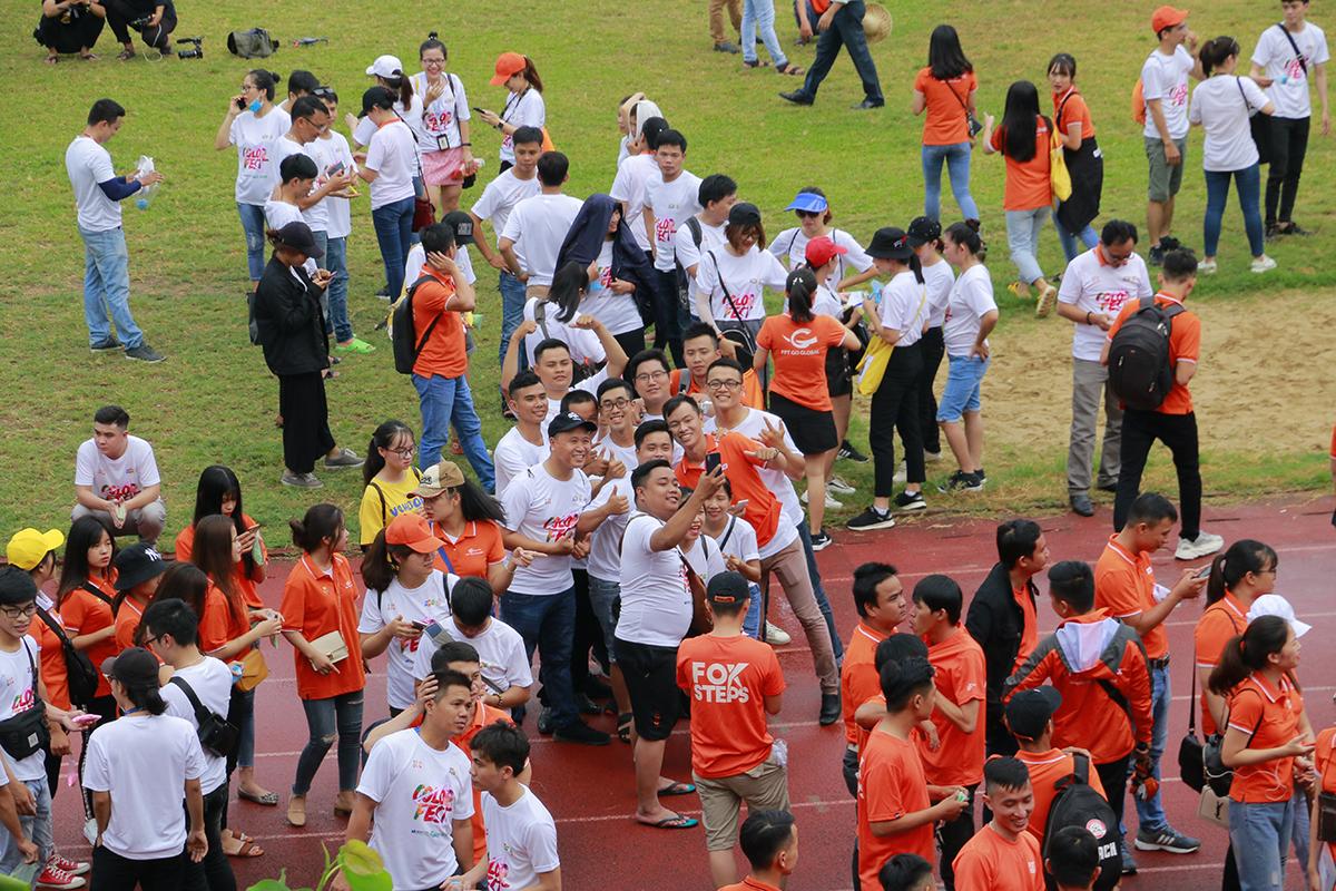Lê hội mừng sinh nhật FPT lần thứ 31 khu vực miền Trung diễn ra ngày 13/9 tại sân vận động Chi Lăng, TP Đà Nẵng. Chương trình thu hút hơn 2.500 người nhà F tham gia, dù trước đó trời mưa lớn.